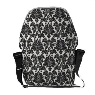 La bolsa de mensajero blanco y negro del modelo bolsa de mensajería