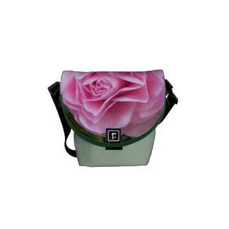 La bolsa de mensajero - camelia del rosa color de  bolsas messenger