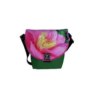 La bolsa de mensajero - camelia rosada oscura bolsas messenger