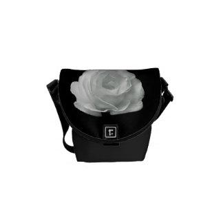 La bolsa de mensajero color de rosa blanco y negro bolsas de mensajeria