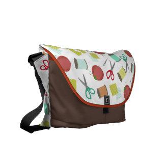 La bolsa de mensajero de costura retra del tema bolsas de mensajeria