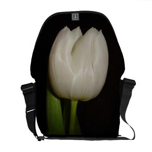 La bolsa de mensajero especial con la flor blanca  bolsa de mensajeria