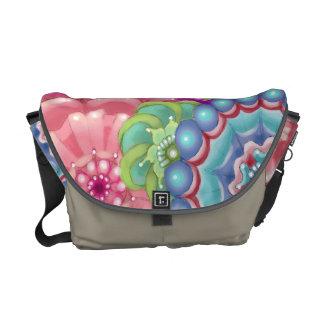 La bolsa de mensajero estilizada del diseño floral bolsa de mensajería