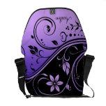 La bolsa de mensajero floral negra y púrpura de la bolsa de mensajeria