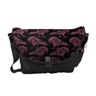 La bolsa de mensajero gótica púrpura y negra del c bolsa de mensajería