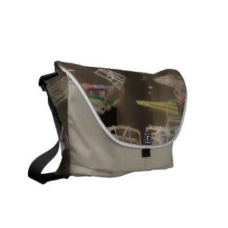 La bolsa de mensajero - instalación atada con bolsa messenger