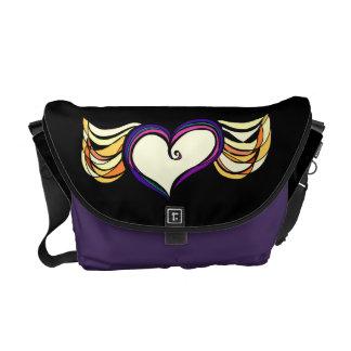 La bolsa de mensajero media coa alas del corazón