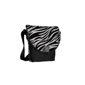 La bolsa de mensajero negra y blanca del estampado bolsas de mensajería