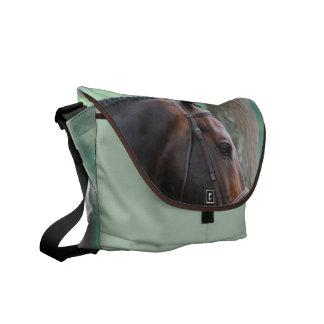 La bolsa de mensajero oscura clavada con tachuelas bolsa de mensajería
