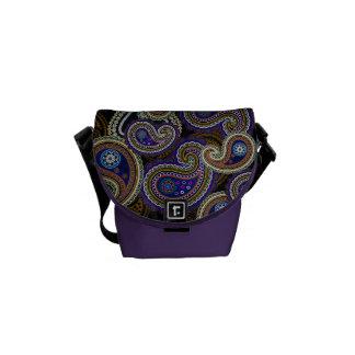 La bolsa de mensajero púrpura retra enrrollada de  bolsas de mensajería