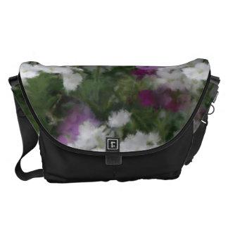 La bolsa de mensajero púrpura y blanca de la flor bolsas de mensajería