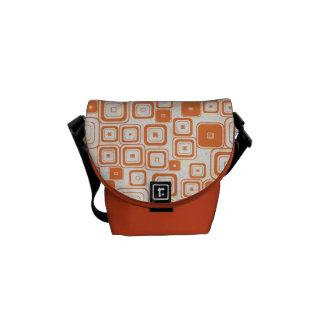 La bolsa de mensajero retra anaranjada enrrollada bolsa de mensajería