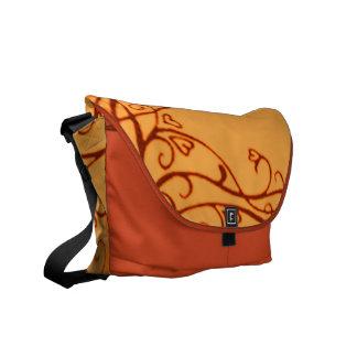 La bolsa de mensajero retra del naranja de las vid bolsas de mensajeria