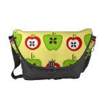 La bolsa de mensajero roja y verde de las manzanas bolsas messenger