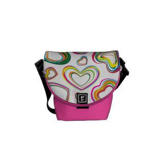 La bolsa de mensajero rosada de los corazones colo bolsas messenger