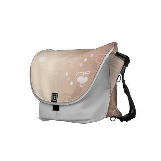 La bolsa de mensajero rosada del carrito de los co bolsas de mensajeria