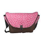 La bolsa de mensajero rosada del modelo de la jira bolsas de mensajería