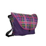La bolsa de mensajero rosada y azul del carrito de bolsas de mensajería