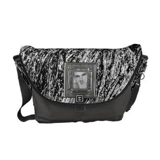 La bolsa de mensajero sucia blanco y negro de la bolsas de mensajeria