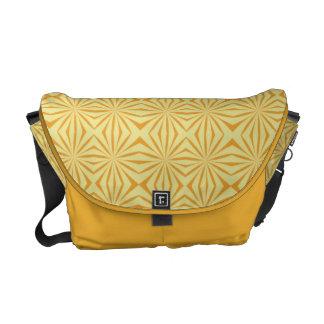 La bolsa de mensajero tribal del carrito del model bolsas de mensajería