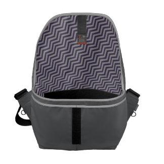 La bolsa de mensajero violeta y de plata de los bolsa de mensajeria
