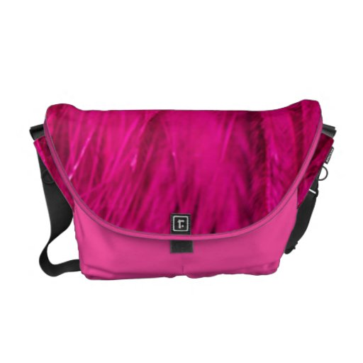 La bolsa de pañales rosada del medio de la boa de  bolsas de mensajería