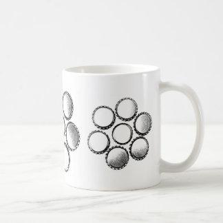 La botella de cerveza capsula la flor tazas de café