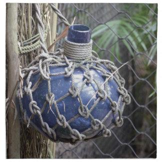 la botella de cristal azul se descoloró en red con servilletas