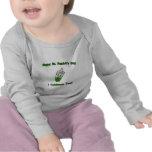 ¡La Botella-Yo verde del bebé celebra también! Camiseta