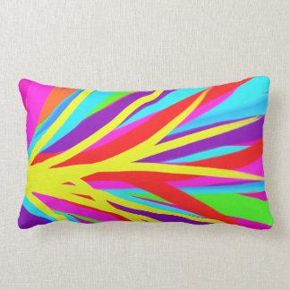 La brocha colorida viva frota ligeramente arte fem almohada