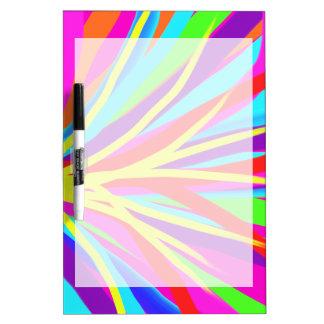 La brocha colorida viva frota ligeramente arte fem pizarras