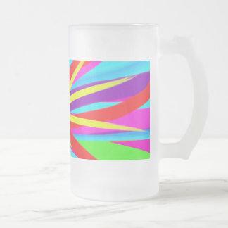 La brocha colorida viva frota ligeramente arte fem taza de café