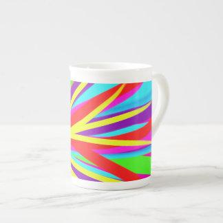 La brocha colorida viva frota ligeramente arte fem tazas de porcelana