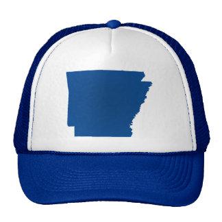 La broche azul del estado de Arkansas detrás Gorros
