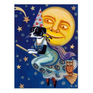 La bruja atractiva monta los cielos de Halloween Postal