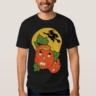 La bruja de Halloween del vintage vuela sobre un Camisas