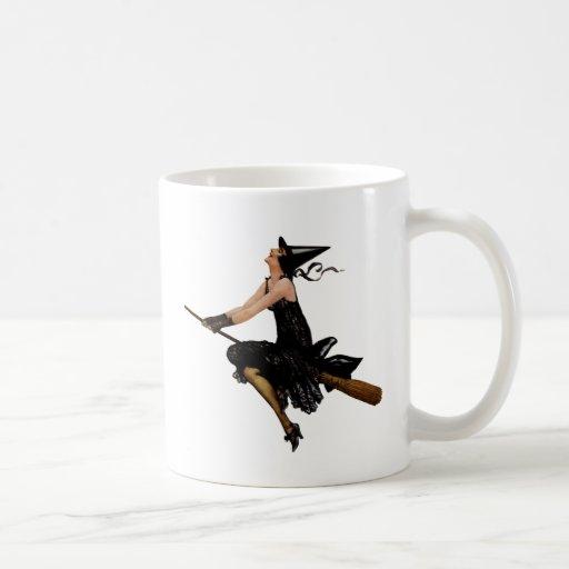 La bruja va a volar en un palo de escoba taza básica blanca