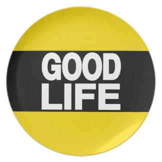 La buena vida amarillea de largo plato de cena