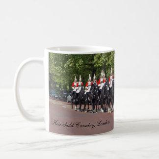 La caballería del hogar asalta taza de café