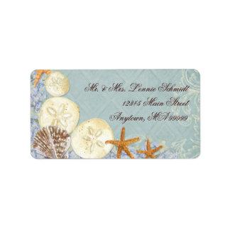 La cabaña floral por el mar descasca el boda con p etiquetas de dirección