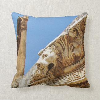 La cabeza del león tallado en Baalbek Cojín Decorativo
