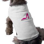 La cabeza encima cura la camisa del perrito camisa de perro