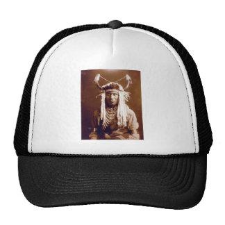 La cabeza lleva (el nativo americano) gorras