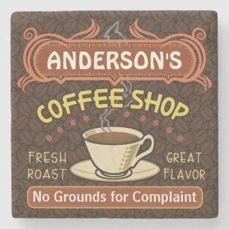 La cafetería con la taza crea sus los propios posavasos de piedra