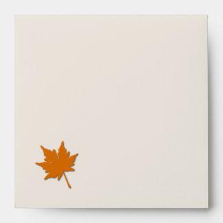 La caída anaranjada colorea el sobre de la invitac