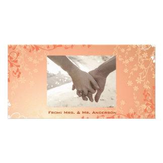 La caída anaranjada del otoño en amor deja el boda tarjeta fotografica