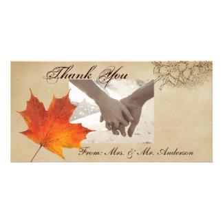La caída anaranjada del otoño en amor deja el boda tarjeta personal con foto