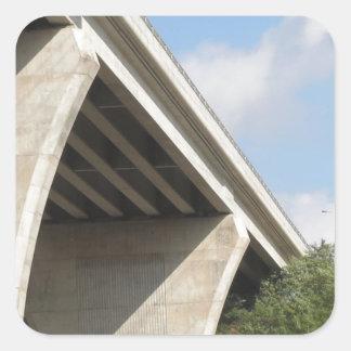 La caída de Skyview Geen del puente colorea la Pegatina Cuadrada