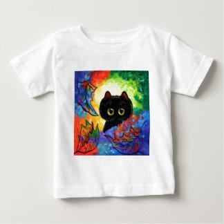 La caída linda colorida del gato negro deja remera