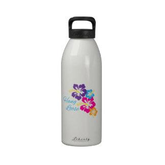 La caída suelta botella de agua